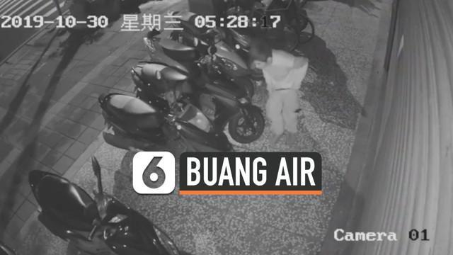 Rekaman seorang pejalan kaki buang air besar di depan pintu masuk sebuah toko di Taiwan. Teman pemilik toko melaporkan kejadian ini ke polisi.