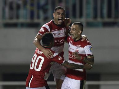Bek Madura United, Jaimerson Silva, merayakan gol yang dicetaknya ke gawang PS Tira Persikabo laga Shopee Liga 1 di Stadion Pakansari, Bogor (12/7). Tira bermain imbang 2-2 atas Madura. (Bola.com/Yoppy Renato)