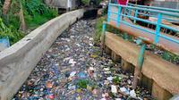 Sungai Tawar 1 yang merupakan anak Sungai Musi Palembang dipenuhi sampah menggenang menahun (Liputan6.com / Nefri Inge)