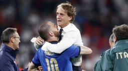 Roberto Mancini - Pelatih berkebangsaan Italia ini sukses membawa negaranya berjaya Piala Eropa edisi tahun 2020. Di partai final, Gli Azzurri menumbangkan tuan rumah Inggris lewat drama adu penalti. (Foto:AP/Carl Recine)