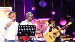 """""""Selamat malam, selamat berjumpa dengan kami. Ini band paling elek di Indonesia, dan digawangi dengan orang-orang elek,"""" ucap Hanif Dhakiri menyapa penonton. (Bambang E Ros/Bintang.com)"""