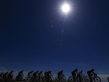 Rombongan pembalap berlomba pada etape ke-13 Tour Balap Sepeda Giro d'Italia 2021 antara Ravenna dan Verona sejauh 198 km, Jumat (21/5/2021). (AFP/Luca Bettini)