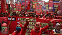 Ratusan buruh berteriak membawa spanduk saat melakukan aksi menuju Istana Negara, Jakarta (31/10).  Buruh meminpemerintah mencabut PP Nomor 78 soal pengupahan yang dinilai tidak memperhatikan kesejahteraan para buruh. (Liputan6.com/Johan Tallo)