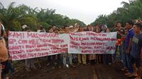 Warga Desa Cot Mee, Kecamatan Tadu Raya, Kabupaten Nagan Raya, Provinsi Aceh, melakukan unjuk rasa di lahan yang bersengketa dengan perusahaan perkebunan kelapa sawit PT Fajar Baizury & Brother's. (Liputan6.com/ Rino Abonita).