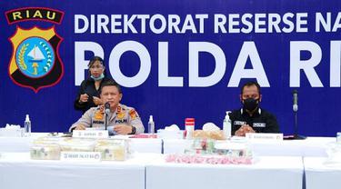 Kapolda Riau Irjen Agung Setya dalam konferensi pers pengungkapan narkoba jaringan Lapas.