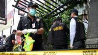 Petugas Puslabfor Mabes Polri menyelidiki tempat kejadian meledaknya bom di halte bus Pasar Sumber Arta, Kalimalang, Bekasi, Kamis (30/9).Sumber ledakan diduga bom rakitan.(Antara)