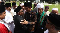 Presiden Joko Widodo (tengah) berdialog dengan ulama asal Provinsi Aceh usai pertemuan di Istana Negara, Jakarta, Selasa (5/3/2019). Pertemuan Jokowi dengan para alim ulama Aceh pun berlangsung tertutup di Istana Negara. (Liputan6.com/Angga Yuniar)