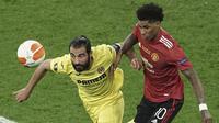 Striker Manchester United, Marcus Rashford (kanan) berebut bola dengan bek Villarreal, Raul Albiol dalam laga final Liga Europa 2020/2021 di Gdansk Stadium, Polandia, Rabu (26/5/2021). Manchester United kalah 11-12 (1-1) dari Villarreal lewat adu penalti. (AP/Michael Sohn/Pool)