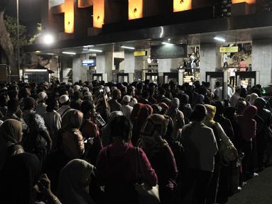 Antrean jemaah saat hendak melalui pintu detektor yang dipasang di Masjid Istiqlal, Jakarta, Rabu (16/5). Berbeda dengan tahun sebelumnya, penjagaan Masjid Istiqlal tahun ini diperketat. (Merdeka.com/Iqbal Nugroho)