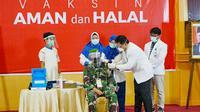 Danrem Wira Bima Bukit Barisan Brigjen TNI M Syech Ismed disuntik vaksin Covid-19. (Liputan6.com/M Syukur)