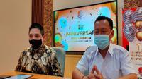 Pimpinan Cabang EWF Cirebon Ernest Firman (kiri) memberi keterangan pers terkait pertumbuhan kesadaran investasi di tengah pandemi covid-19. Foto (Liputan6.com / Panji Prayitno)