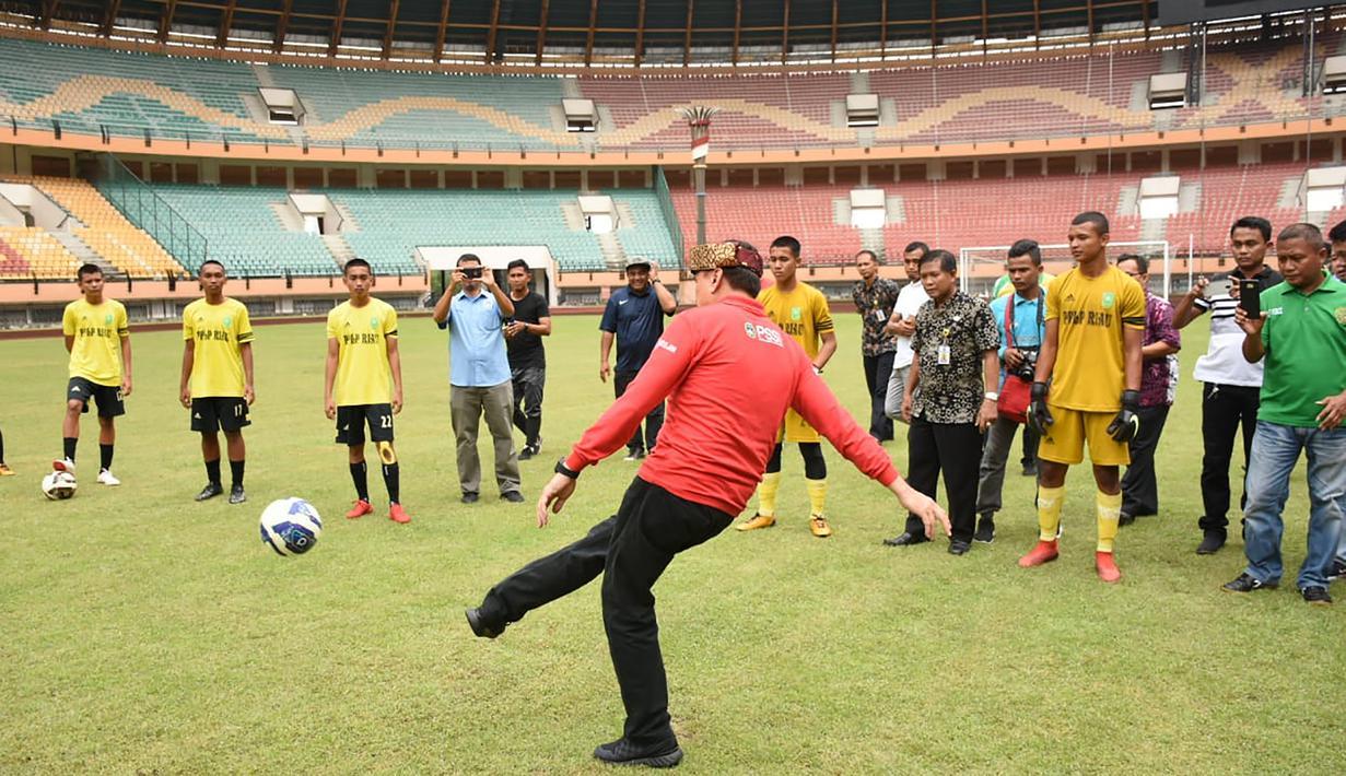 Ketum PSSI, Mochamad Iriawan, menendang bola saat berkunjung ke Stadion Utama Riau, Pekanbaru, Kamis (13/2). Stadion ini menjadi satu dari sebelas stadion yang dinominasikan sebagai tuan rumah Piala Dunia U-20 2021. (Dok PSSI)