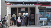 sejumlah warga penjenguk pasien saat memasuki pintu utama Rumah Sakit Anutapura Palu. Rumah sakit daerah tersebut menjadi salah satu rumah sakit rujukan penanganan Covid-19 sejak Maret 2020 lalu. (Foto:Liputan6.com/ Heri Susanto).