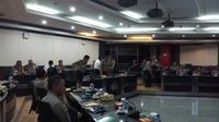 Wakapolri Komjen Syafruddin memimpin video conference dengan seluruh kapolda di Indonesia di Mabes Polri, Jakarta Selatan, Senin (19/2/2018). (Liputan6.com/Anendya Niervana)