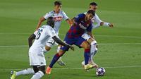 Penyerang Barcelona, Luis Suarez berusaha melewati para pemain Napoli pada leg kedua babak 16 besar Liga Champions di Stadion Camp Nou , Spanyol, Sabtu (8/82020). Barcelona menang 3-1 atas Napoli dan melaju ke perempat final dengan aggregat skor 4-1. (AP Photo/Joan Monfort)