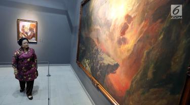 Presiden RI ke-5 Megawati Soekarnoputri melihat salah satu koleksi lukisan milik ayahnya saat mengunjungi pameran lukisan koleksi Istana di Galeri Nasional, Jakarta, Kamis (10/8). Pameran tersebut bertajuk Senandung Ibu Pertiwi. (Liputan6.com/Johan Tallo)