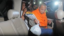 Miftahhudi, pengusaha yang diduga menyuap Bupati Subang Imas Aryumningsih, menaiki mobil menuju Rumah Tahanan (Rutan) seusai menjalani pemeriksaan di Gedung KPK, Jakarta, Kamis (15/2). (Liputan6.com/Herman Zakharia)