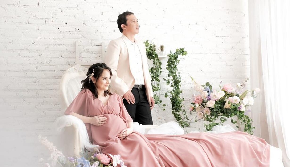 Kabar bahagia menyelimuti pasangan Angelica Simperler dengan Rico Hidros. Pasalnya, mereka telah dikaruniai seorang bayi laki-laki. Tepatnya pada Rabu, 17 Maret 2021, Angelica melahirkan jagoan kecilnya. (Instagram/angelicasimp.new)