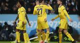 Selebrasi pemain Chelsea usai Olivier Giroud mencetak gol pada leg 1, 32 besar Liga Europa yang berlangsung di stadion Swedbank, Malmo, Jumat (15/2). Chelsea menang 2-1 atas Malmo FF (AFP/Andreas Hillergen)