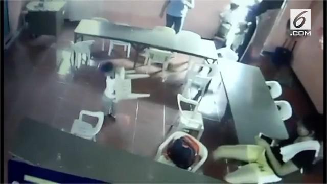 Rekaman bocah terbangun dari tidurnya di kelas kemudian mengambil kursi dan menggendongnya di punggung. Bocah ini mengira kursi itu adalah tas miliknya.