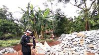 Bupati Dedi Mulyadi mengontrol kondisi jalan di Purwakarta, Jawa Barat. (Liputan6.com/Abramena)