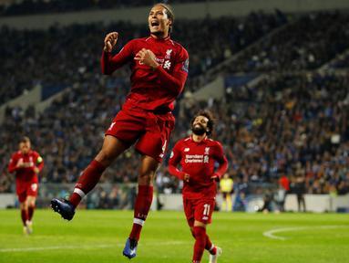Bek Liverpool, Virgil van Dijk, berselebrasi setelah mencetak gol ke gawang FC Porto pada leg kedua perempat final Liga Champions 2018/2019 di Estadio do Dragao, Rabu (17/4). Liverpool memastikan lolos ke babak semifinal Liga Champions setelah membantai FC Porto 4-1. (Reuters/Andrew Boyers )