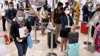 Penumpang mengantre untuk memasuki Terminal 2 Bandara Soekarno-Hatta (Soetta), Tangerang, Banten, Rabu (28/10/2020). PT Angkasa Pura II menyebutkan ada 50.000 penumpang yang datang dan pergi dari Bandara Soetta untuk berpergian saat libur panjang pada hari ini. (Liputan6.com/Angga Yuniar)
