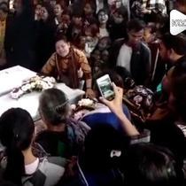 Tangis histeris mengiringi pemakaman keluarga Diperum Nainggolan yang tewas mengenaskan. Hingga kini motif tewasnya keluarga Diperum masih diusut kepolisian.