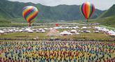 Para penari lokal menampilkan tarian tradisional Tibet dalam upacara pembukaan Pertunjukan Tari Guozhuang Luqu di Luqu, Prefektur Otonom Etnis Tibet Gannan, Provinsi Gansu, China, 12 Agustus 2020. Lebih dari 3.000 penari ikut serta dalam pertunjukan tersebut. (Xinhua/Huang Zemin)