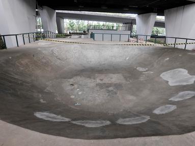 Tambalan semen terlihat di trek Skatepark Slipi, Jakarta, Minggu (16/6/2019). Sudah hampir dua bulan taman bermain skateboard tersebut ditutup oleh Suku Dinas Kehutanan Jakarta Pusat akibat rusaknya beberapa fasilitas seperti arena, sejumlah keramik, dan taman. (merdeka.com/Iqbal S. Nugroho)