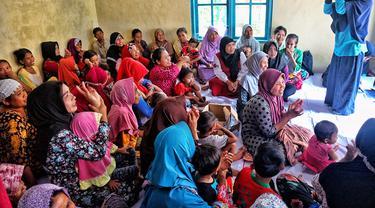 Para relawan mengajak adik-adik belajar dan bermain bersama
