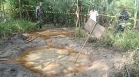 Semburan lumpur bercampur gas dan minyak mentah muncul di Desa Batokan, Kecamatan Kasiman, Kabupaten Bojonegoro, Jawa Timur. (Liputan6.com/ Ahmad Adirin)