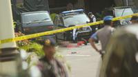 Polisi memeriksa jenazah seorang yang diduga sebagai pelaku bom bunuh diri di Mapolrestabes Medan, Sumatera Utara, Rabu (13/11/2019). Bom bunuh diri meledak di Mapolrestabes Medan sekitar pukul 08.45 WIB. (ATAR/AFP)