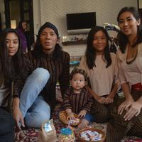 Acara tedak siten anak Bimbim Slank. (Rivan Yuristiawan/Bintang.com)