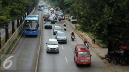 Sejumlah kendaraan umum melintas di Jalan Margasatwa Jakarta Selatan, Kamis (31/3/2016). Pemerintah berencana menurunkan tarif angkutan umum pasca penurunan harga BBM, 1 April mendatang. (Liputan6.com/Helmi Fithriansyah)