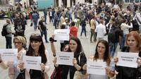 """Jurnalis Bosnia memegang spanduk bertuliskan """"Jurnalisme bukan kejahatan"""" dan """"Hentikan kekerasan terhadap jurnalis,"""" di pusat kota Sarajevo, untuk memprotes pemukulan terhadap wartawan Vladimir Kovacevic, di Banja Luka (AP)"""
