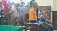Pandu Dharma Wicaksono saat menyimak vonis yang dibacakan hakim atas kasus sodomi dan pencabulan terhadap sesama jenis yang dilakukannya. (Prokal.co/JPG)