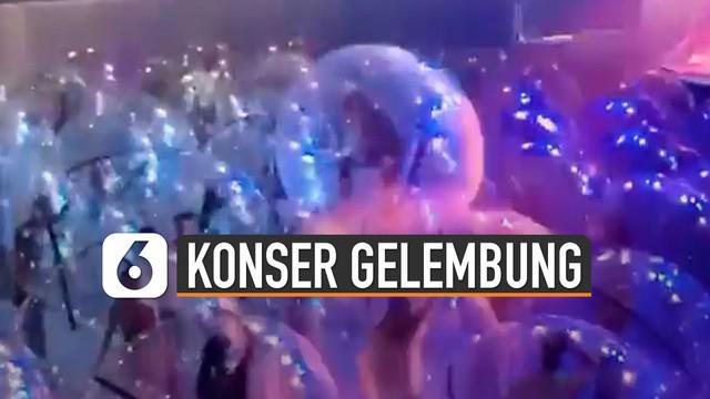 Beredar video konser musik menggunakan gelembung plastik viral di media sosial. Konser yang diadakan secara unik ini terjadi saat konser The Flaming Lips diadakan.