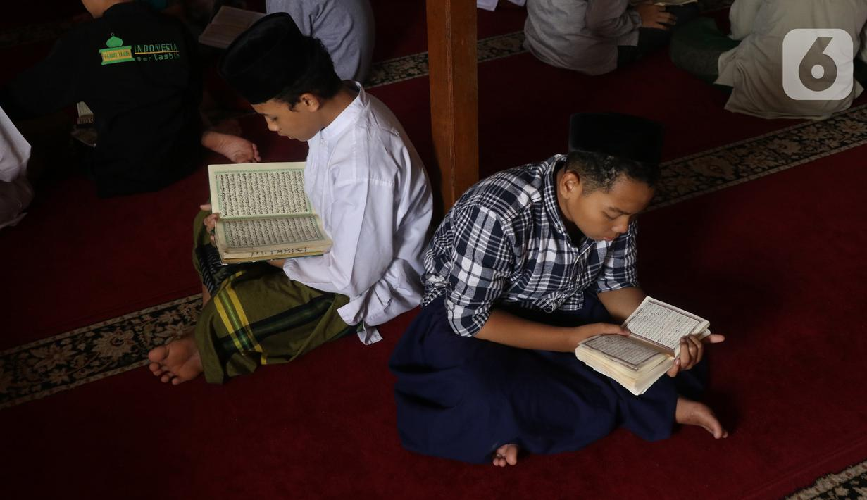 Sejumlah santri membaca Alquran atau bertadarus di pondok pesantren kawasan Tangerang, Senin, (26/4/2021). Bulan Ramdhan banyak dimanfaatkan para santri tersebut untuk mematangkan hafalan Alquran hingga khatam. (Liputan6.com/Angga Yuniar)