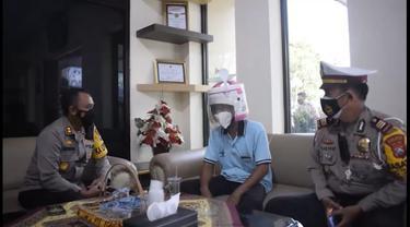 Pengendara motor dengan helm Magic Com diamankan polisi. (Dian Kurniawan/Liputan6.com)