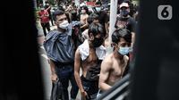 Massa pelajar dan remaja saat dibawa menggunakan mobil tahanan menuju Polda Metro Jaya di Polsek Subsektor Palmerah, Jakarta, Kamis (8/10/2020). Mereka diringkus polisi saat hendak menuju gedung DPR untuk mengikuti unjuk rasa bersama buruh dan mahasiswa. (merdeka.com/Iqbal Nugroho)