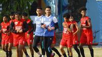 Para pemain PSM Makassar berlatih di Lapangan Balai Pendidikan Dan Pelatihan Ilmu Pelayaran (BP2IP) Barombong. Kamis (24/9/2020). Latihan digelar dalam rangka persiapan kembali beraksi di lanjutan Shopee Liga 1 2020. (Bola.com/Abdi Satria)