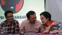 Basuki Tjahaja Purnama (tengah) berbincang dengan Ketua Umum PDI-P Megawati Soekarnoputri jelang memberi keterangan di Jakarta, Rabu (15/2). Mega mengucapkan terima kasih kepada warga yang sudah menggunakan hak pilihnya. (Liputan6.com/Helmi Fithriansyah)