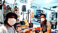 Venzha Christ bersama rekannya di v.u.f.o.c lab, studio tempat berkarya dan berdiskusi