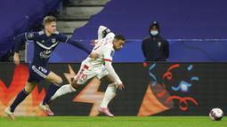 Pemain Lyon Memphis Depay (kanan) memperebutkan bola dengan pemain Bordeaux Toma Basic pada pertandingan Liga Prancis di Lyon, Prancis, Jumat (29/1/2021). Lyon menang 2-1 atas Bordeaux dan naik ke puncak klasemen sementara Liga Prancis menyalip Paris Saint-Germain (PSG). (AP Photo/Laurent Cipriani)