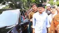 Bakal Calon Wakil Presiden, Sandiaga Uno berjalan kaki menuju kantor KPU dari Masjid Sunda Kelapa, Jakarta, Jumat (10/8). Sandiaga menyusul Prabowo Subianto menuju KPU untuk mendaftarkan diri sebagai pasangan capres-cawapres (Liputan6.com/Herman Zakharia)