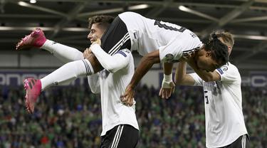 Para pemain Jerman merayakan gol yang dicetak Serge Gnabry ke gawang Irlandia Utara pada laga Kualifikasi Piala Eropa 2020 di Windsor Park, Belfast, Senin (9/9). Irlandia Utara kalah 0-2 dari Jerman. (AFP/Paul Faith)