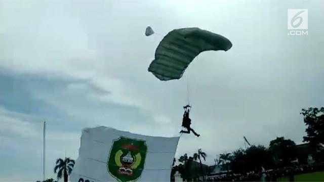 Seorang prajurit di Palopo, Sulawesi Selatan melamar kekasihnya usai terjun payung. Adegan romantis tersebut disaksikan ribuan pasang mata.