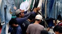 Calon pembeli memilih pakaian bekas di kawasan Pasar Senen, Jakarta, Sabtu (24/6). Menjelang lebaran ribuan pakaian bekas membanjiri di kawasan pasar Senen, harga baju yang dijual bervariasi mulai Rp 35000- RP 5000. (Liputan6.com/Angga Yuniar)
