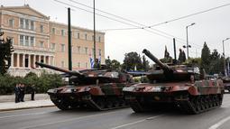 Tentara Yunani menaiki kendaraan militer dalam parade memperingati Hari Kemerdekaan di Athena, Minggu (25/3). Parade ini menandai dimulainya perang oleh Yunani untuk memperoleh kemerdekaan dari kesultanan Utsmaniyah pada tahun 1821. (AP/Yorgos Karahalis)
